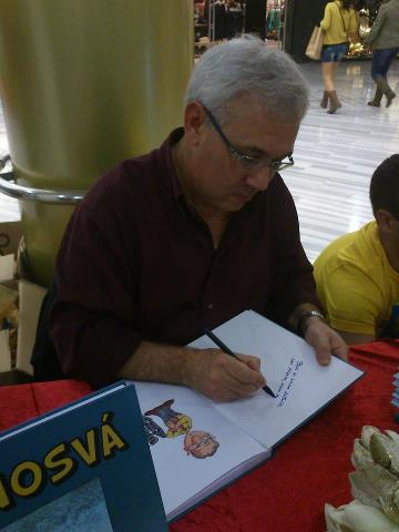 Morgan firmando libros